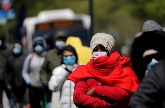 Người dân New York xếp hàng nhận thực phẩm cứu trợ trong bối cảnh dịch COVID-19 (Ảnh: Reuters)