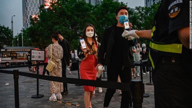 Người dân được kiểm tra mã QR y tế trước khi đi vào một trung tâm mua sắm ở Bắc Kinh ngày 3/5 (Ảnh: CNN)