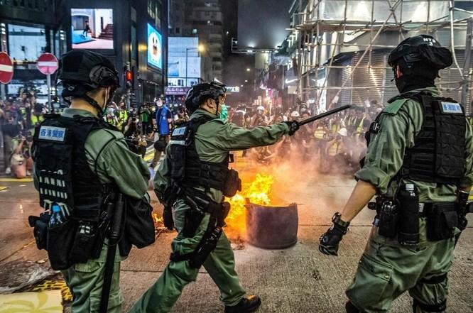 Cảnh sát ngăn người biểu tình chặn các tuyến đường ở quận Mong Kok, Hong Kong tối 27/5 - AFP