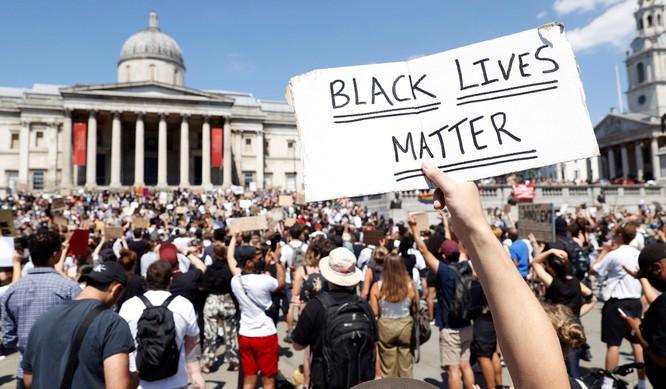 Người dân London biểu tình ủng hộ George Floyd tại Quảng trường Trafalgar (Ảnh: National Review)