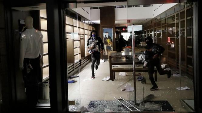 Đánh cắp hàng hóa tại một cửa hiệu hàng sang ở New York (Ảnh: AP)