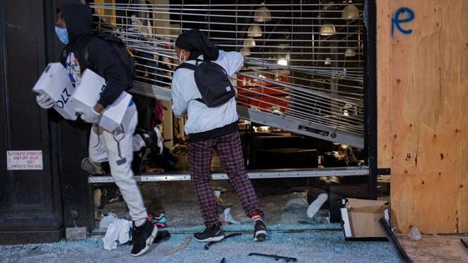 Hôi của và bỏ chạy khỏi một cửa hàng bị đập phá ở khu Chelsea, New York (Ảnh: Fox News)