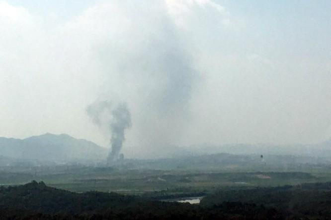 Cột khói bốc lên từ Kaesong, bên phía Triều Tiên. Hàn Quốc xác nhận văn phòng liên lạc đã bị phá hủy (Ảnh: Yonhap)