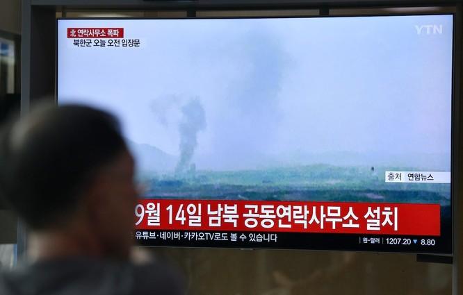 Người dân Hàn Quốc theo dõi thông tin về vụ đánh sập văn phòng liên lạc chung qua truyền hình (Ảnh: AsiaTimes)
