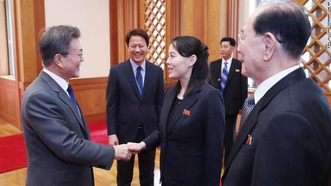 Tổng thống hàn Quốc Moon Jae-in bắt tay bà Kim Yo Jong (Ảnh: CNN)