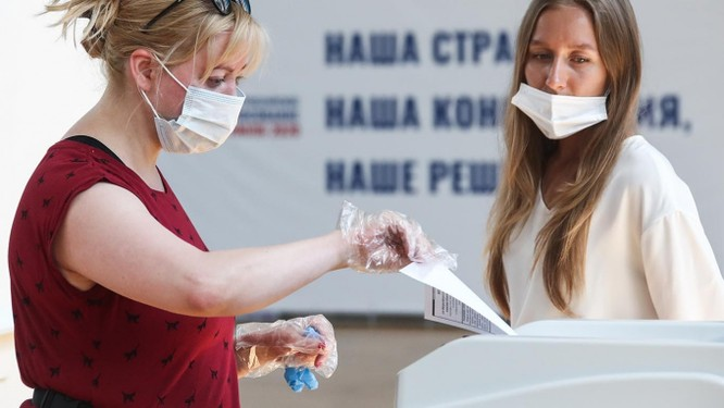 Người dân Nga đi bỏ phiếu ủng hộ sửa đổi bản Hiến pháp năm 1993 (Ảnh: Moscow Times)