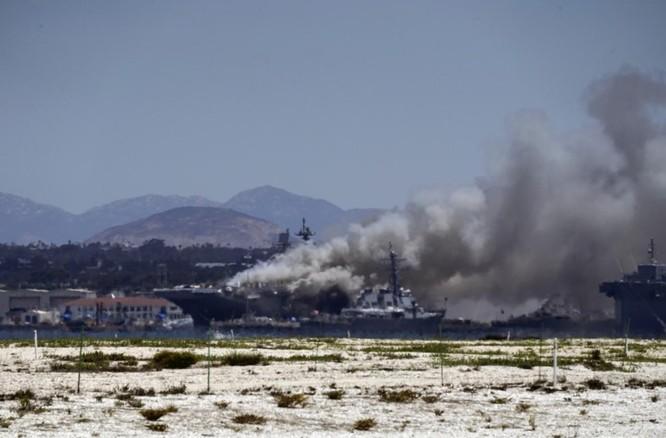 Cột khói từ vụ cháy có thể được chứng kiến từ cách đó tới vài dặm (Ảnh: Reuters)