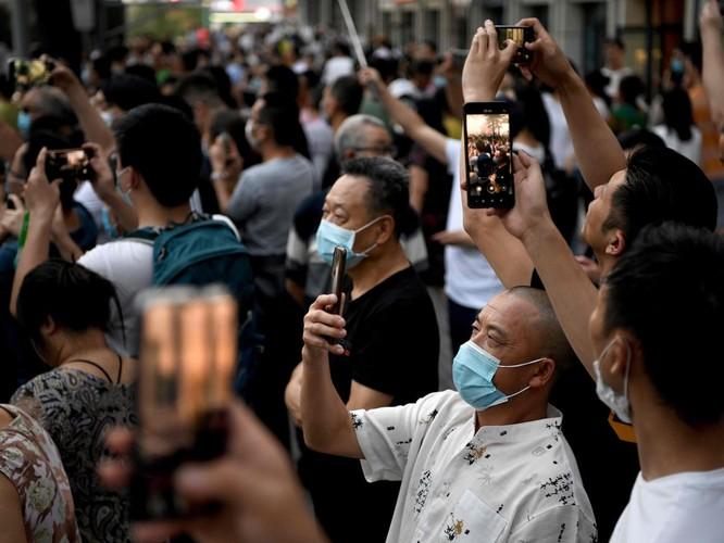 Nhiều người dân hiếu kỳ đến tòa lãnh sự tại Thành Đô để chụp ảnh, ghi hình (Ảnh: Guardian)