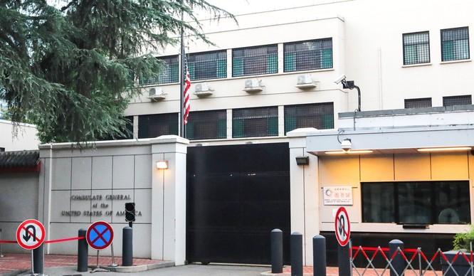 Quốc kỳ Mỹ hạ xuống bên trong lãnh sự quán tại Thành Đô (Ảnh: SCMP)
