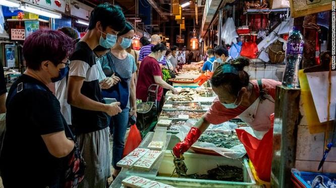 Người dân đeo khẩu trang khi đi mua sắm trong một khu chợ truyền thống ở Hong Kong (Ảnh: CNN)