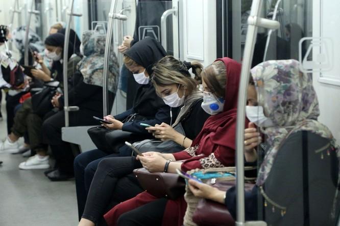 Người dân Iran được yêu cầu đeo khẩu trang khi tới những nơi công cộng (Ảnh: MiddleEastMonitor)
