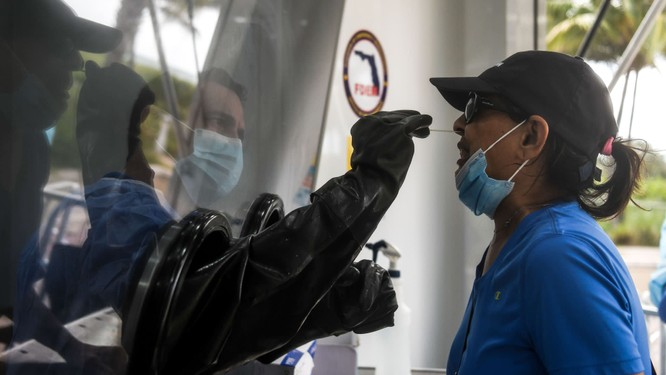 Nhân viên y tế lấy mẫu xét nghiệm COVID-19 ở bang Texas, Mỹ (Ảnh: Reuters)