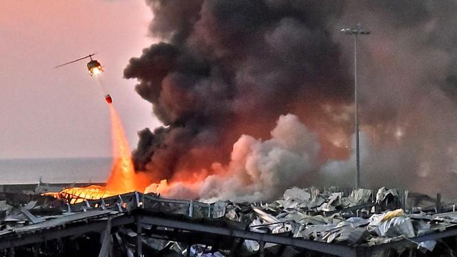 Một máy bay trực thăng chữa cháy tại hiện trường vụ nổ, sáng ngày 4/8 (Ảnh: Sky News)