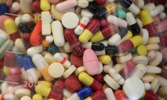Theo sắc lệnh mới, một số loại thuốc quan trọng sử dụng trong bối cảnh dịch bệnh hoặc có mối đe dọa an ninh quốc gia cần được sản xuất trong nước (Ảnh: AP)