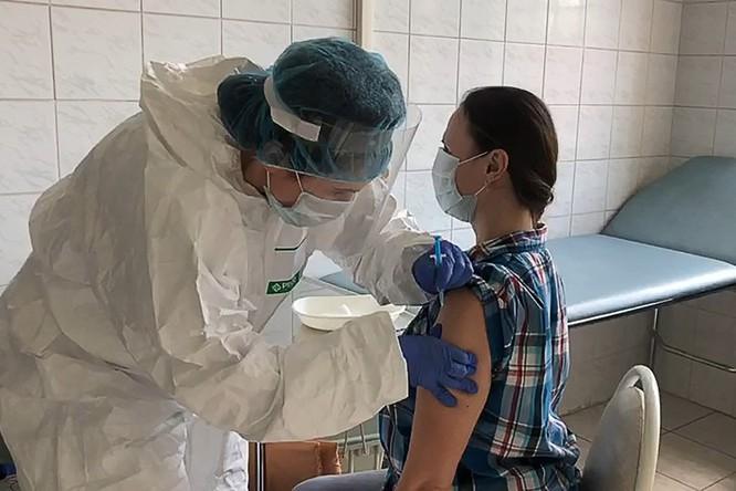 Ảnh cắt từ một đoạn video cho thấy một tình nguyện viên đang được tiêm vaccine ngừa COVID-19 của Nga tại trường ĐH Y Sechenov (Ảnh: Sechenov Medical University/Getty)