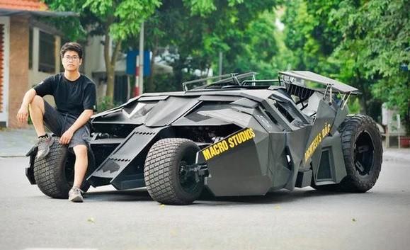 Chủ nhân cùng chiếc xe batmobile (ảnh: OC)