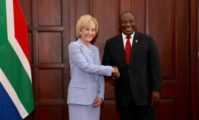 Đại sứ Mỹ tại Nam Phi Lana Marks (trái) là một trong số những mục tiêu trả thù của Iran (Ảnh: ĐSQ Mỹ tại Nam Phi)
