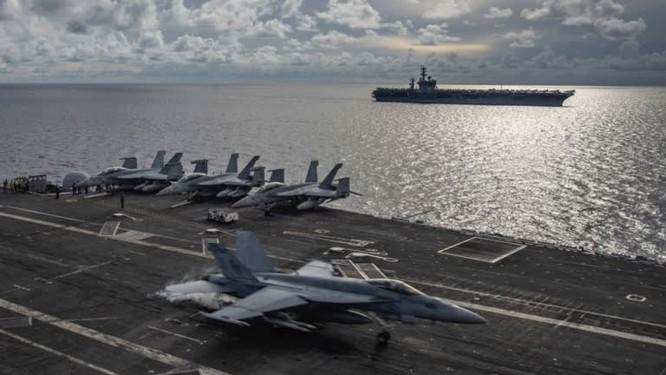 Một chiến đấu cơ F/A-18E Super Hornet trên tàu USS Ronald Reagan trong cuộc tập trận với tàu USS Nimitz trên Biển Đông ngày 6/7 (Ảnh: AP)