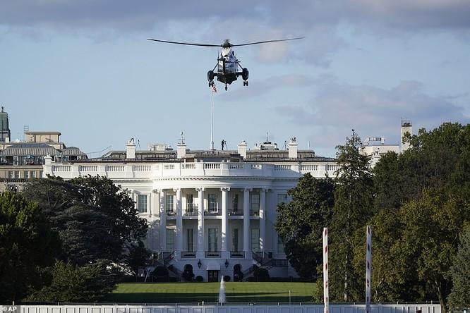 Ông Trump chỉ mất ít phút đi máy bay trực thăng từ Nhà Trắng tới Walter Reed (Ảnh: AP)