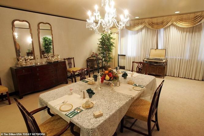 Phòng ăn tối sang trọng, có đèn chùm pha lê trong