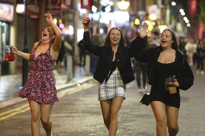 Người dân ở Liverpool ra ngoài tụ tập cùng bạn bè (Ảnh: AP)