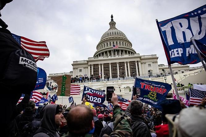 """Người biểu tình thân Trump """"đại náo"""" Đồi Capitol ảnh 1"""