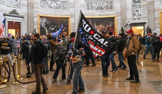 """Người biểu tình thân Trump """"đại náo"""" Đồi Capitol ảnh 3"""
