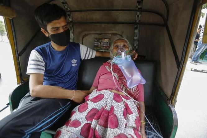 """""""Ấn Độ rơi nước mắt"""": Số ca nhiễm COVID-19 trong ngày cao kỷ lục, bình oxy cạn kiệt ảnh 1"""