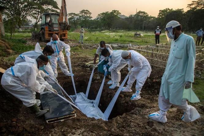 Hình ảnh chấn động về COVID-19 ở Ấn Độ: Thi thể chất đống, chính quyền đề nghị chặt cây làm hỏa táng ảnh 10