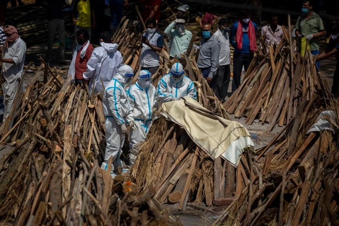 Hình ảnh chấn động về COVID-19 ở Ấn Độ: Thi thể chất đống, chính quyền đề nghị chặt cây làm hỏa táng ảnh 13