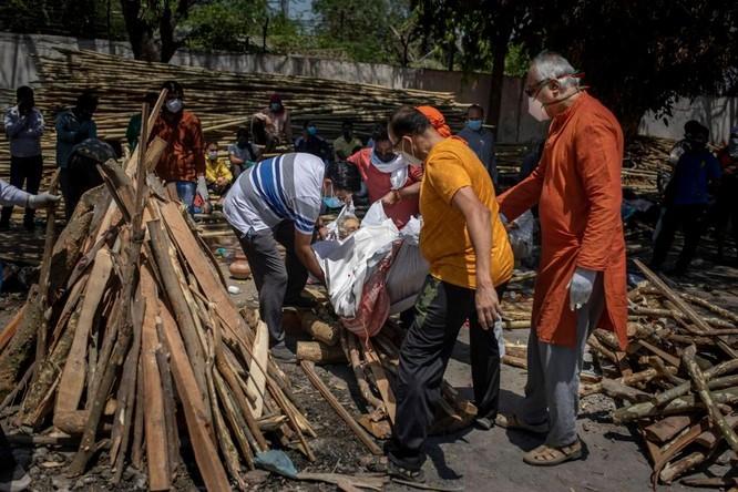 Hình ảnh chấn động về COVID-19 ở Ấn Độ: Thi thể chất đống, chính quyền đề nghị chặt cây làm hỏa táng ảnh 6