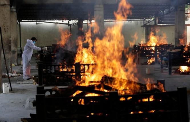 Hình ảnh chấn động về COVID-19 ở Ấn Độ: Thi thể chất đống, chính quyền đề nghị chặt cây làm hỏa táng ảnh 7