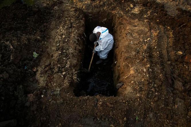 Hình ảnh chấn động về COVID-19 ở Ấn Độ: Thi thể chất đống, chính quyền đề nghị chặt cây làm hỏa táng ảnh 1