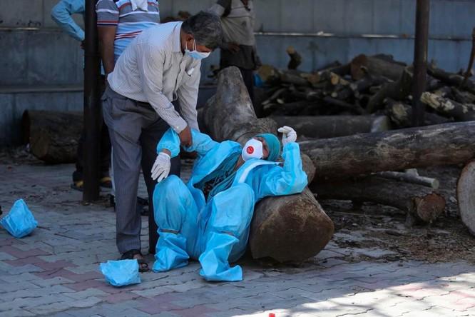 Hình ảnh chấn động về COVID-19 ở Ấn Độ: Thi thể chất đống, chính quyền đề nghị chặt cây làm hỏa táng ảnh 3