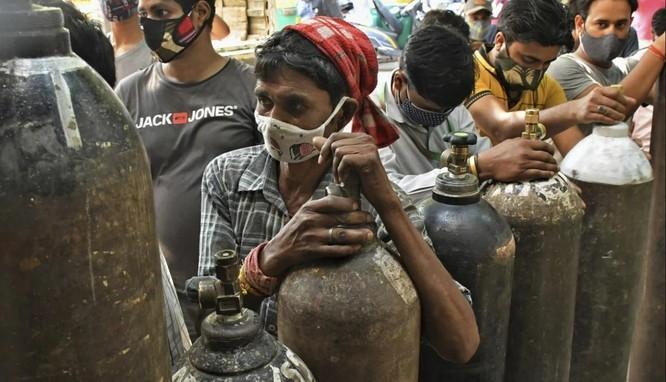 Ấn Độ: Hành trình tự kiếm giường bệnh, oxy của bệnh nhân COVID-19 ảnh 1