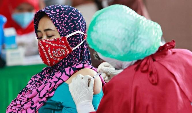 Luồng tin độc hại và thuyết âm mưu về vaccine COVID-19 làm hại nỗ lực tiêm chủng ở Đông Nam Á ảnh 1
