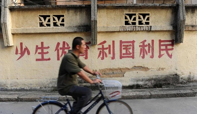 """""""Sinh con hoặc đi tù"""": Dân mạng Trung Quốc chế khẩu hiệu chính sách 3 con ảnh 1"""