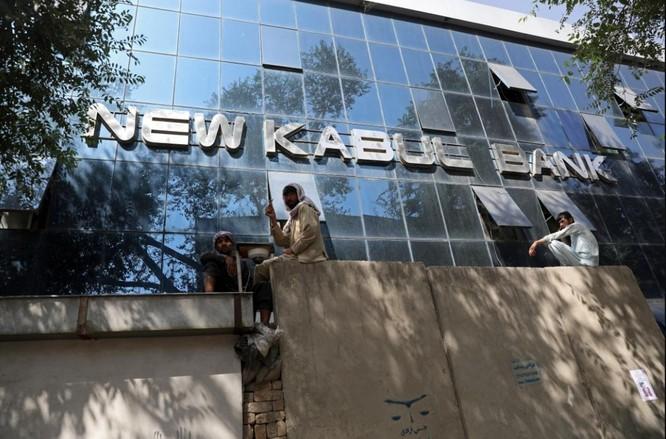 Afghanistan: Dân tình đổ xô đi rút tiền, tháo chạy khỏi thủ đô Kabul ảnh 1