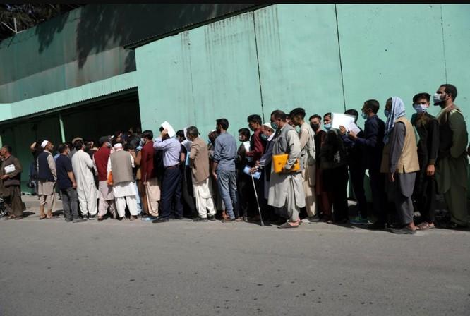 Afghanistan: Dân tình đổ xô đi rút tiền, tháo chạy khỏi thủ đô Kabul ảnh 4
