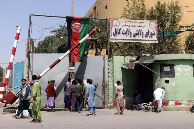 Afghanistan: Dân tình đổ xô đi rút tiền, tháo chạy khỏi thủ đô Kabul ảnh 5