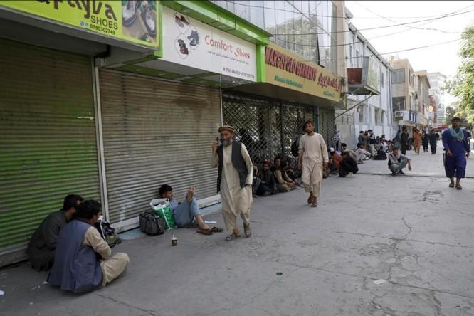 Afghanistan: Dân tình đổ xô đi rút tiền, tháo chạy khỏi thủ đô Kabul ảnh 6