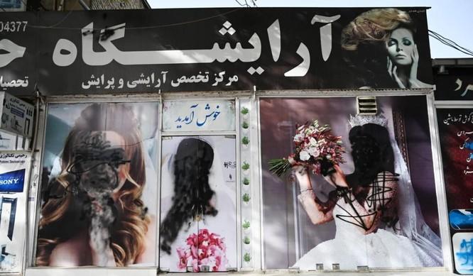 Bức ảnh cho thấy phụ nữ Afghanistan có lý do để sợ hãi Taliban ảnh 1