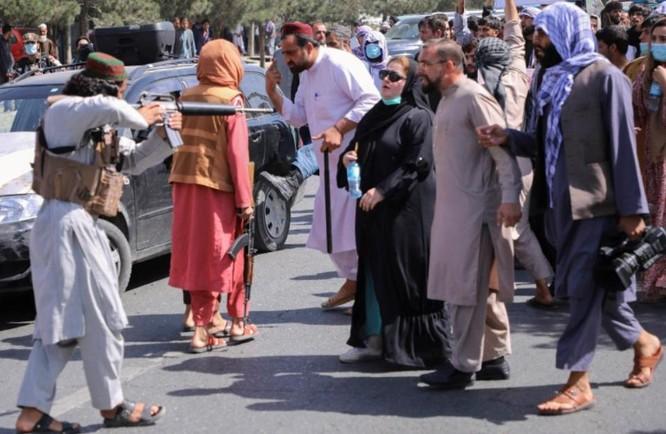 """""""Tôi nghe thấy họ la hét, khóc lóc"""": Báo giới Afghanistan bị Taliban tra tấn man rợ như thế nào? ảnh 3"""