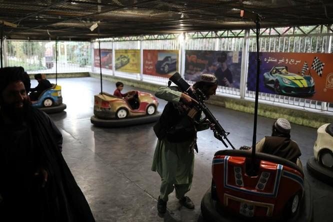 """Taliban yêu cầu binh sĩ ngừng say sưa vui chơi, chụp ảnh """"tự sướng"""" ảnh 1"""