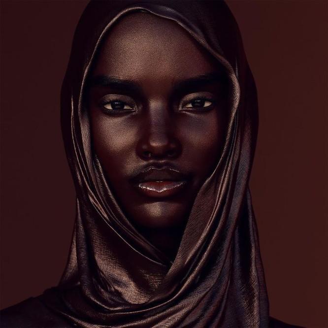 """""""Viên ngọc trai đen"""" nổi bật giữa dàn người mẫu nhờ công nghệ 3D ảnh 3"""