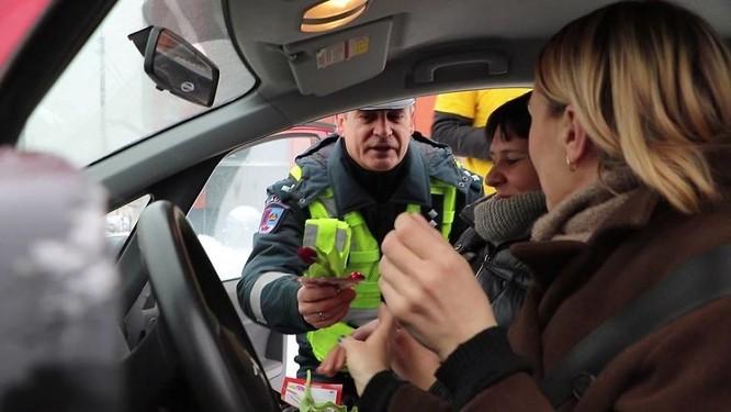 Cảnh sát giao thông chặn xe để tặng quà 8/3 ảnh 9