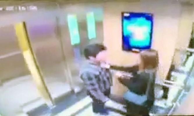 Cô gái trẻ bị đối tượng nam giới có hành động sàm sỡ trong thang máy.