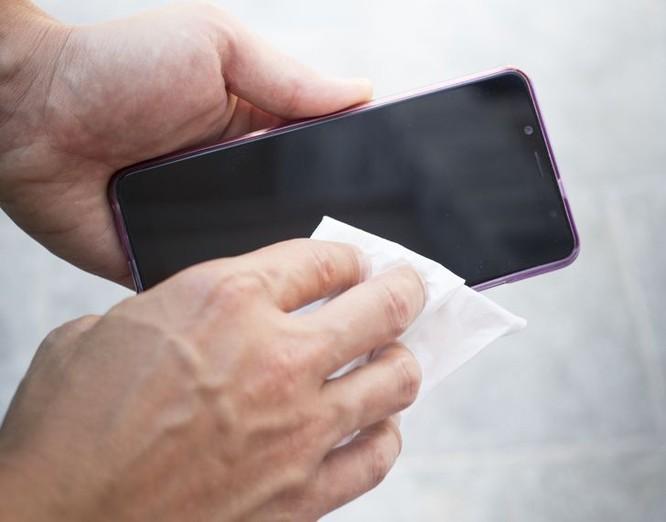 Sai lầm khi xử lý điện thoại bị ướt và cách thay thế ảnh 2