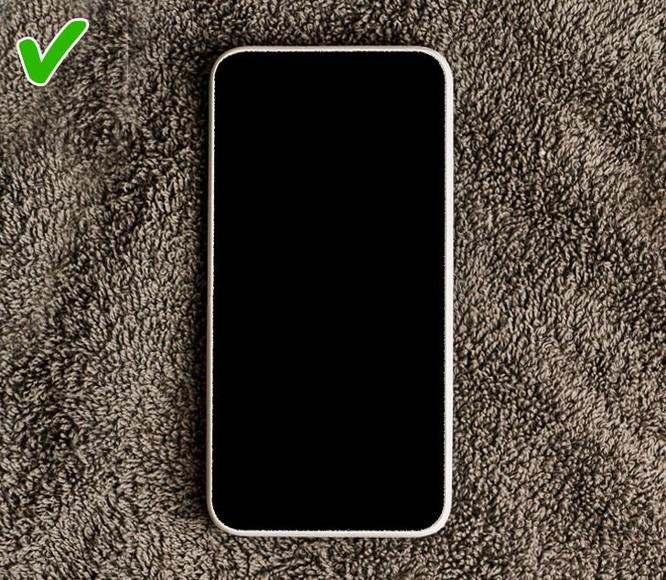 Sai lầm khi xử lý điện thoại bị ướt và cách thay thế ảnh 5