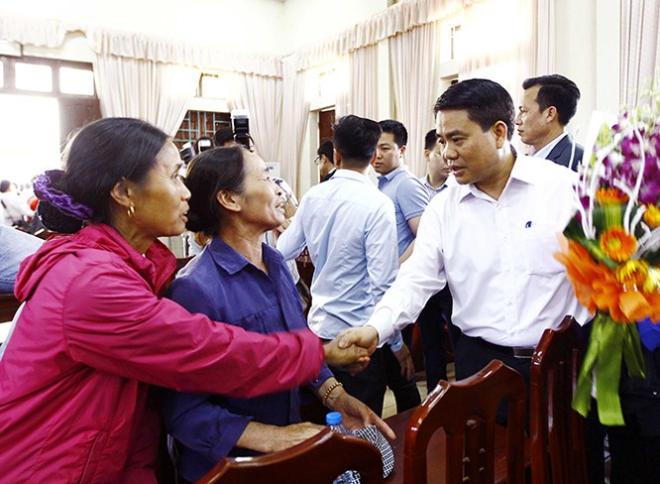 Chủ tịch UBND TP Hà Nội Nguyễn Đức Chung với người dân xã Đồng Tâm. Ảnh: Doãn Tấn - TTXVN